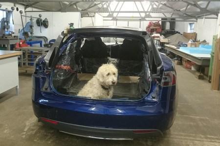 Британец переделал Tesla Model S в универсал, так как его собакам не хватало места в багажнике. Проект отнял год и $93 тыс. без учета цены электромобиля
