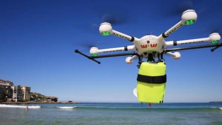 В Австралии дрон спас двух тонущих в море подростков, долетев до них и сбросив спасательный круг всего за минуту