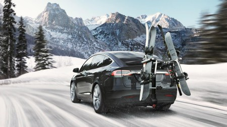 Видео дня: Электрокроссовер Tesla Model X вытаскивает огромный дизельный тягач из снежного плена