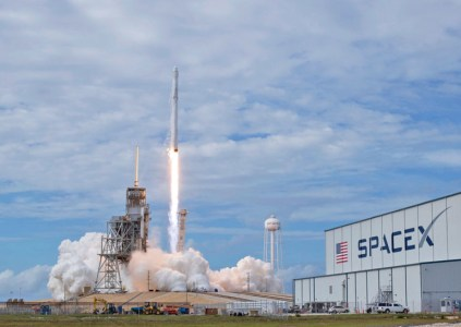 Пилотируемые полеты кораблей SpaceX и Boeing по программе NASA опять откладываются, минимум на год