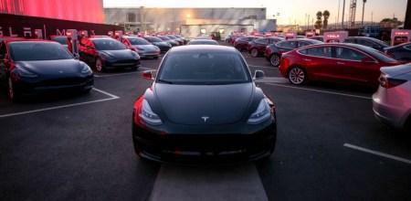 Tesla установила абсолютный рекорд по продажам автомобилей в прошлом году (более 100 тыс.), но производство Model 3 по-прежнему отстает от графика