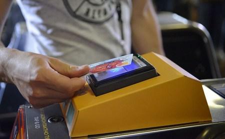 До конца месяца в киевском метро установят еще 12 турникетов для бесконтактной оплаты проезда соответствующими банковскими картами
