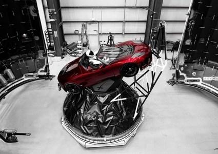 Илон Маск подтвердил завтрашний запуск ракеты Falcon Heavy и опубликовал фото готовящегося к отправке в космос спорткара Tesla Roadster с «астронавтом» в скафандре SpaceX