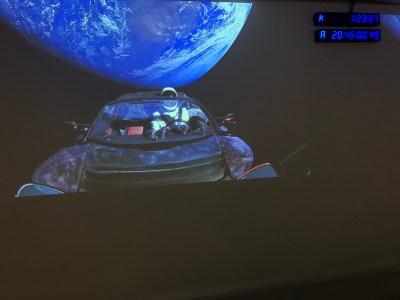 Обновлено: Центральный ускоритель Falcon Heavy разбился и повредил платформу, траектория полета Tesla сильно отклонилась от орбиты Марса