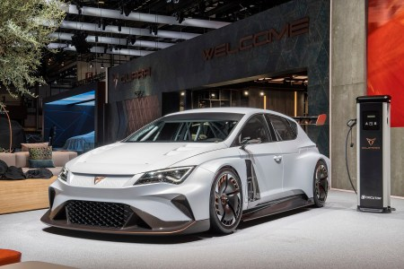 Новый бренд автопроизводителя Seat представил в Женеве электрический гоночный хэтчбек Cupra e-Racer с мощностью 680 л.с. и разгоном до сотни за 3,2 секунды