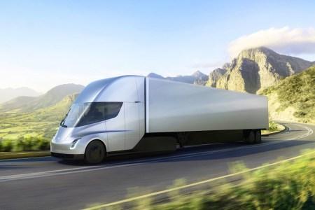 Электрический грузовик Tesla Semi впервые сняли на видео на скоростном шоссе между заводом Tesla и фабрикой батарей Gigafactory