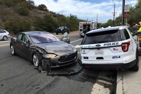 Tesla на автопилоте врезалась в неподвижную полицейскую машину