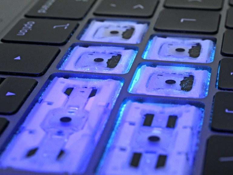 В iFixit наглядно доказали, что клавиатуры новых MacBook Pro действительно лучше защищены от пыли