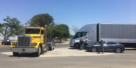 Электрогрузовик Tesla Semi устроил турне по США без эскорта и машин сопровождения, пользуясь только удлинителем и сетью Supercharger