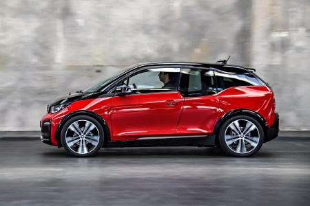 Компания LION Smart разработала сверхплотную батарею для электромобилей LIGHT Battery. Серийный BMW i3 с такой батареей на 100 кВтч проезжает 700 км