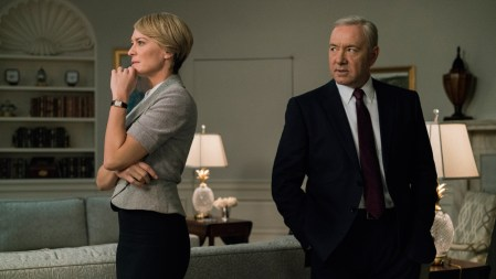 Netflix опубликовал тизер-трейлер финального сезона House Of Cards / «Карточного домика», в котором раскрывает судьбу Фрэнка Андервуда (премьера 2 ноября)