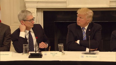 Дональд Трамп предложил компании Apple перенести свое производство из Китая на американскую территорию, чтобы не пострадать от новых госпошлин