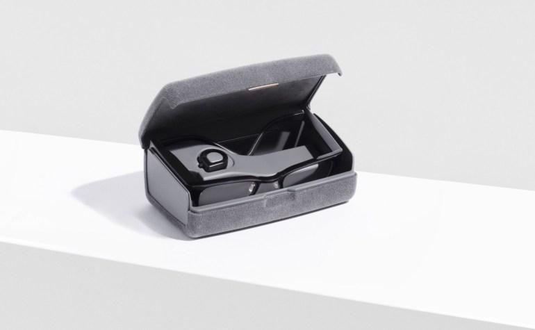 Focals - умные очки, которые управляются кольцом-джойстиком, надетым на палец владельца