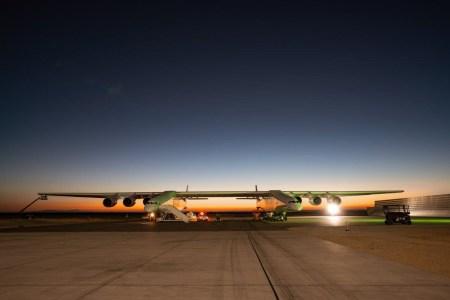 Stratolaunch, самый длиннокрылый самолет в мире, разогнался до 145 км/ч в ходе испытаний