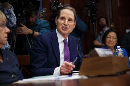 Сенатор Рон Уайден: «Главы IT-гигантов должны нести уголовную ответственность за попытки скрыть факты утечек персональных данных пользователей»