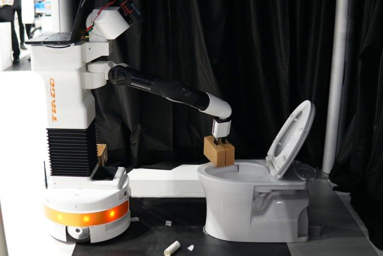 Инженеры из Германии научили робота прибираться в туалете