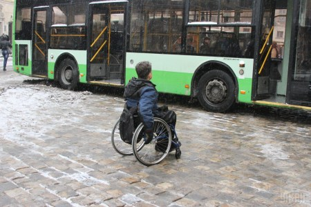 Депутаты предварительно поддержали предоставление людям на инвалидных колясках права ездить по проезжей части