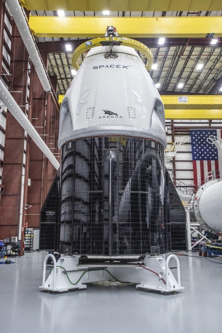 Фотогалерея дня: полностью готовый к первому демонстрационному полету пилотируемый корабль SpaceX Crew Dragon