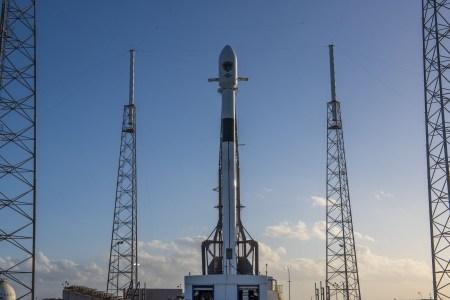 SpaceX успешно осуществила последний в этом году запуск Falcon 9 с военным спутником GPS III нового поколения