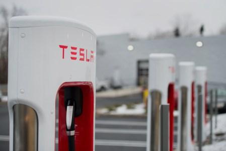 Илон Маск анонсировал появление в Украине зарядных станций Tesla Supercharger в следующем году. Омелян одобряет