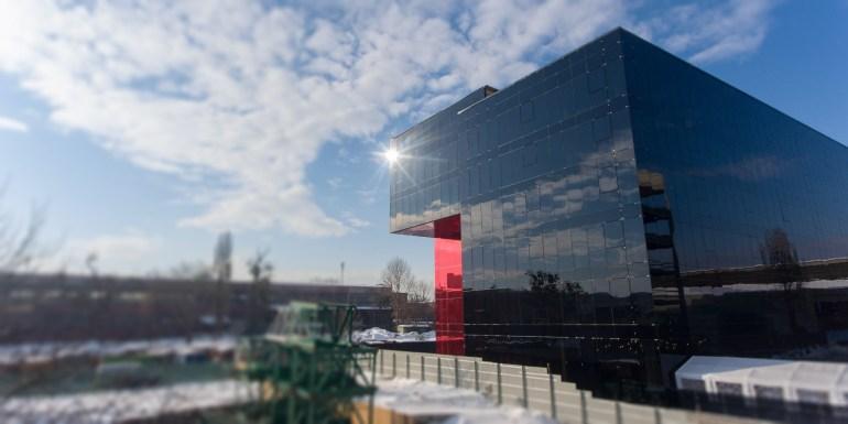 В киевском техно-парке UNIT.City открыли новый (третий) современный бизнес-кампус на шесть этажей со стеклянным фасадом. Общая площадь бизнес-части парка увеличилась вдвое, до 30 000 м²