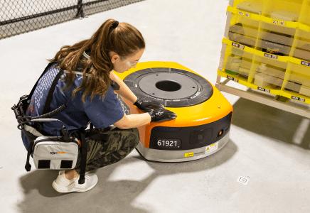 Amazon разработал для своих сотрудников электронный жилет, который предупреждает роботов о присутствии человека поблизости