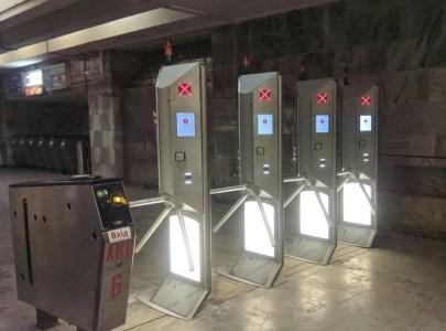 Фото: В киевском метро тестируют новые турникеты с поддержкой бесконтактной оплаты проезда