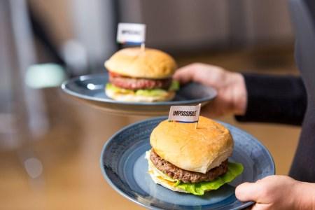 Impossible Foods представила на CES 2019 котлеты из искусственного мяса Impossible Burger 2.0