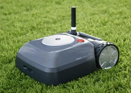 Компания iRobot представила свою первую газонокосилку Terra. Она компактная, автономная и электрическая