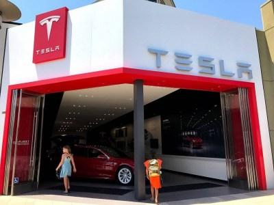 Илон Маск предупредил инвесторов, что в этом квартале у Tesla, скорее всего, не будет прибыли. Компания закроет большинство магазинов и перейдет на модель с онлайн-продажами