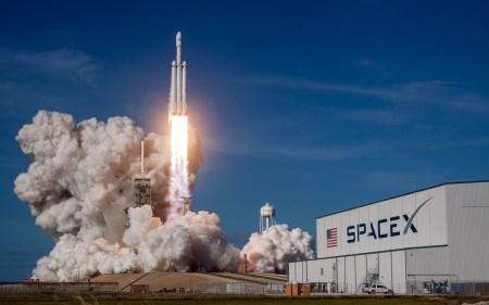 NASA рассматривает возможность использования коммерческой ракеты для грядущей лунной миссии Orion EM-1 вместо собственной SLS