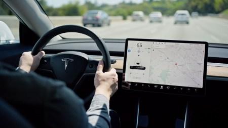 Автопилот Tesla отныне может перестраиваться в другой ряд без явного согласия водителя
