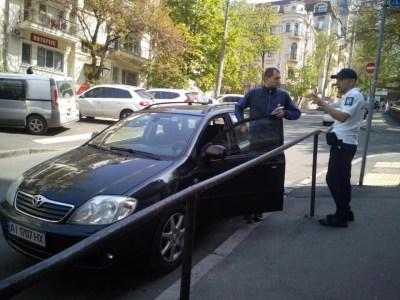 На улицах Киева наконец появились инспекторы по парковке. Пока они выписывают только предупреждения