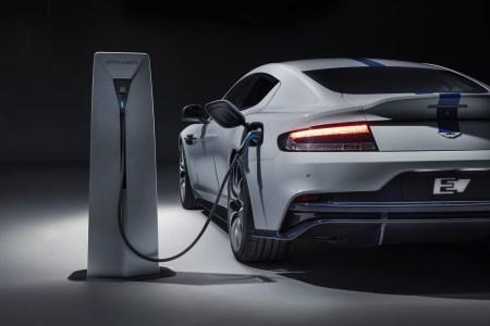 Серийный электромобиль Aston Martin Rapide E представлен официально: пара электродвигателей мощностью 610 л.с. на задней оси, батарея на 65 кВтч (800 В) и запас хода 320 км (WLTP)