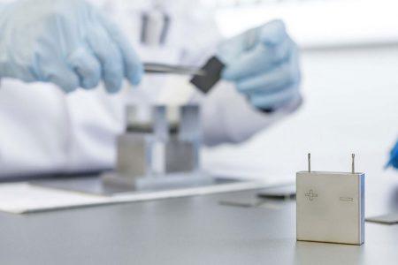 Швейцарский стартап Innolith разработал батареи с негорючим электролитом и энергетической плотностью 1000 Втч/кг, которые обеспечат запас хода электромобилей до 1000 км - ITC.ua