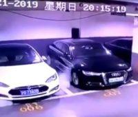 В Шанхае припаркованная Tesla Model S загорелась без видимых причин. Производитель уже направил команду для расследования инцидента - ITC.ua