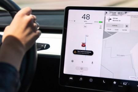 Новые стандартные функции безопасности Tesla буквально заставляют держаться выбранной дорожной полосы