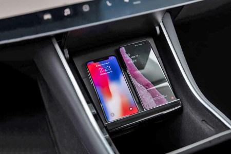 Tesla начала продавать фирменное беспроводное зарядное устройство на два смартфона для Model 3 по цене $125