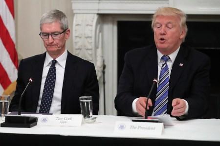 Дональд Трамп: Тим Кук «хорошо обосновал» тот факт, что торговая война с Китаем помогает Samsung лучше противостоять Apple