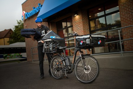 Domino's Pizza начинает доставлять пиццу в США с помощью кастомных электровелосипедов Rad Power Bikes стоимостью $1499