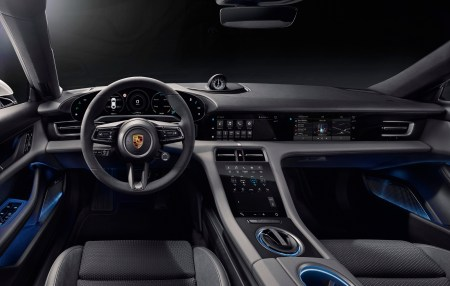 Porsche продемонстрировал приборную панель электромобиля Taycan с отдельным сенсорным экраном для переднего пассажира