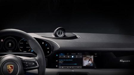 В электромобиль Porsche Taycan интегрировали сервис Apple Music с бесплатным интернет-трафиком
