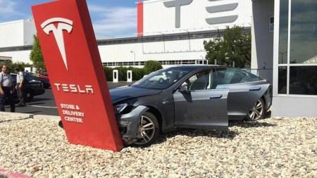 Tesla с опережением графика запустила собственную программу автострахования, в тот же день она «сломалась»