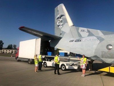 «Нова Пошта» в тестовом режиме запускает услугу доставки в тот же день при помощи самолёта из «Неудержимых»