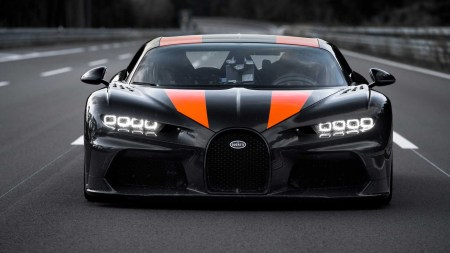 Гиперкар Bugatti Chiron стал самым быстрым автомобилем без реактивного двигателя, разогнавшись до впечатляющих 490 км/ч