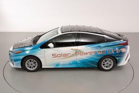 Toyota начала испытания экспериментального гибрида Prius с установленными на кузове солнечными панелями