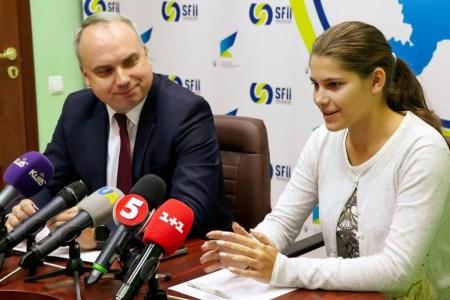 Впервые в Украине школьница получила государственный грант в размере 500 тыс. грн на собственное изобретение, которое спасает детей и животных в закрытых автомобилях