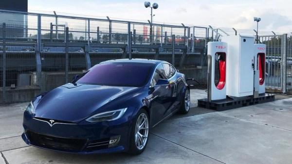Tesla установила на Нюрбургринге постоянный Supercharger и заявила, что Model S уже проезжает Нюрбургринг за 7:20, а после доработок сможет показать время 7:05
