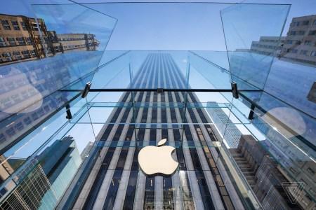 Фотогалерея дня: Обновленный флагманский магазин Apple на Пятой авеню открылся после двухлетнего ремонта
