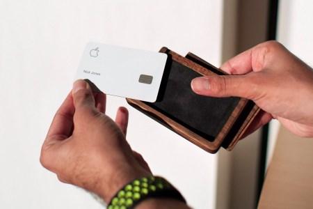 В США создали деревянный кейс для титановой карты Apple Card, который защитит ее от появления пятен и царапин всего за $39/$139